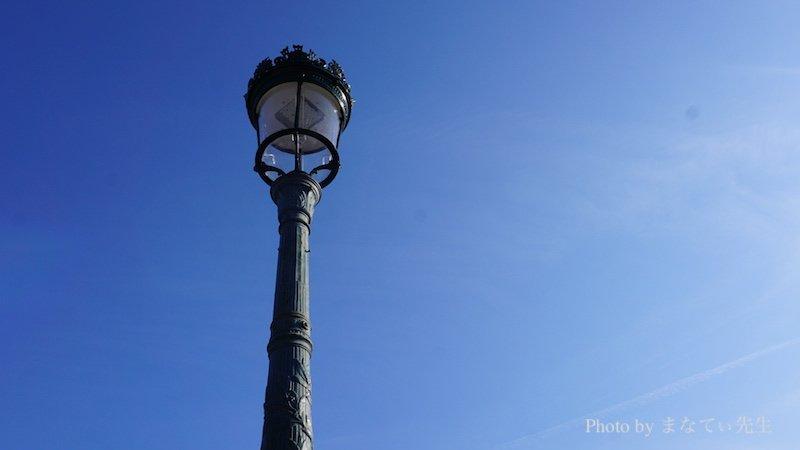 1本の街灯と青空